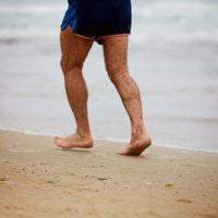 Courir pieds nus sur le sable: attention aux chevilles!